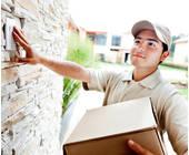 Mann bringt Paket zur Haustür