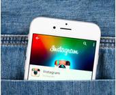 Jeanstasche mit Handy und Instagram