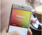Hand hält Smartphone mit Instagram