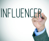 Ein Mann schreibt das Wort Influencer