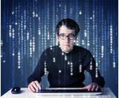 Mann am PC mit Datencode