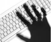 Schattenhand auf Tastatur