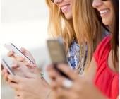 Frauen mit Smartphones