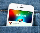 Instagram App auf Handy in der Hosentasche