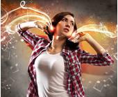 Frau hört mit Kopfhörern Musik
