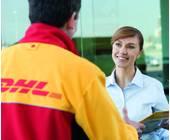 DHL-Bote übergibt Fau Paket an der Haustür