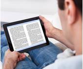 Mann liest ein E-Book