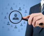 CRM-Lupe-Männchen-Kunden-daten-verwalten