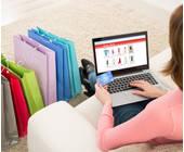 Frau kauft online