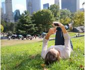 Mann im Park mit Smartphone