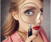 Frau mit Lupe Suche im Shop Shop-Suche