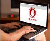 Mann nutzt Adblocker-Software am PC