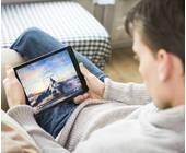 Junge vor Tablet schaut Filme