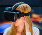 Frau trägt VR-Brille