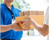 Mann gibt Frau zwei Pakete