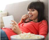 Frau schaut auf dem Tablet eine Serie