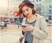 Frau mit Smartphone hört Musik