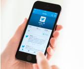hand mit handy und twitter-app