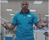 Mann im blauen Hemd