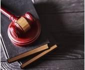 Richter-Hammer auf Gesetzbücher