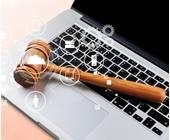 Richterhammer liegt auf einem Laptop