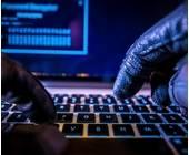 Spectre meltdown cybercrime sicherheit Hacker an Tastatur