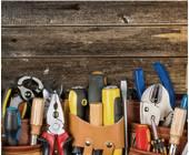 Werkzeugset vor Holzwand
