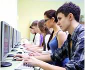 Auszubildende am Rechner
