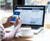 Facebook auf Smartphone und Laptop